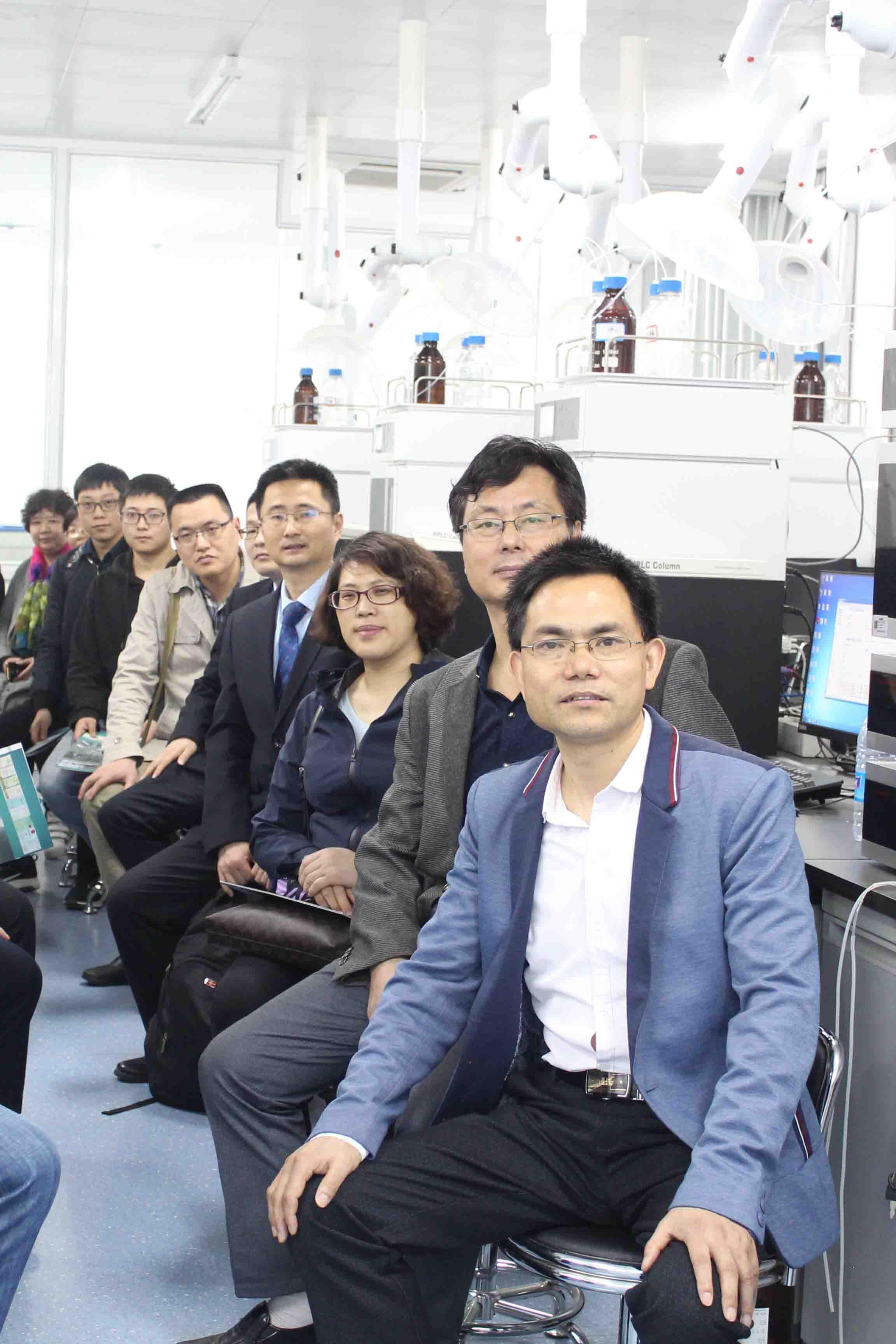 制药行业分析检测技术交流会参观液相色谱互动教学实验室合影