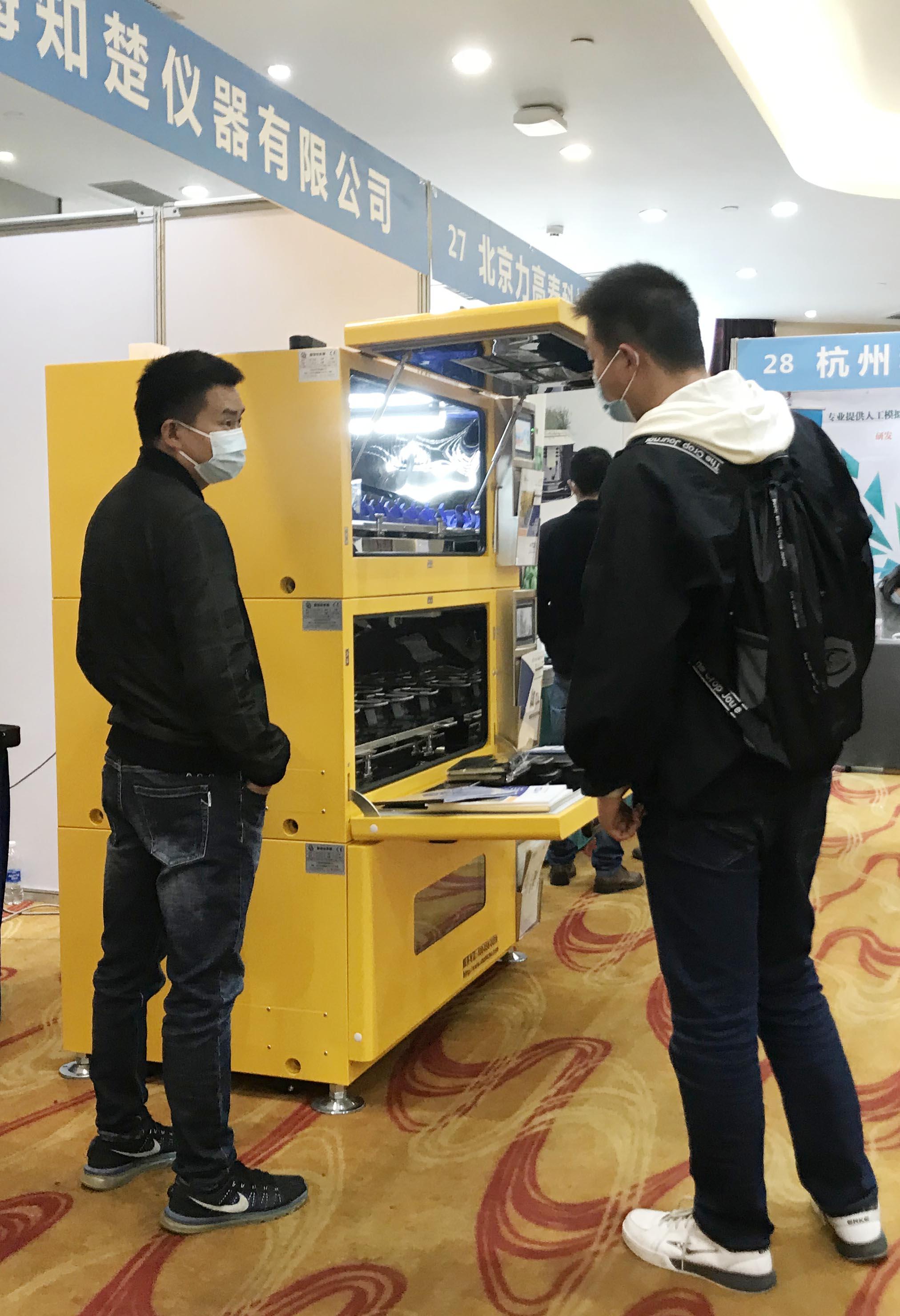 第十九届中国作物学会展会-工作人员为客户介绍知楚摇床